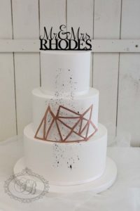 Simple wedding cake with geometric feature